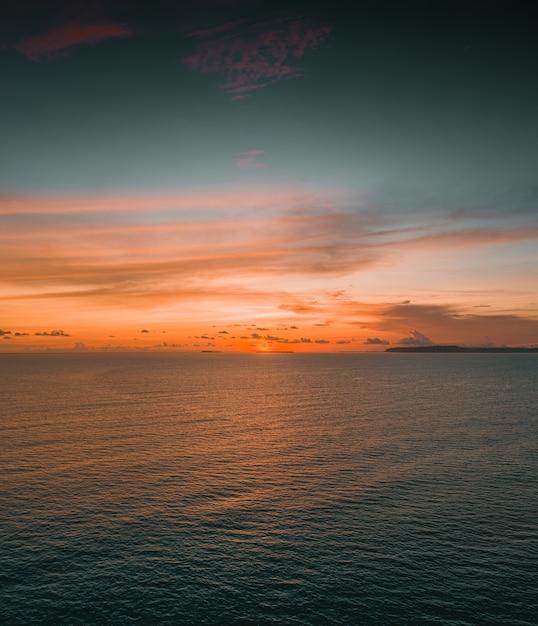 Betoverend uitzicht op de kalme oceaan tijdens zonsondergang op de mentawai-eilanden, indonesië Gratis Foto