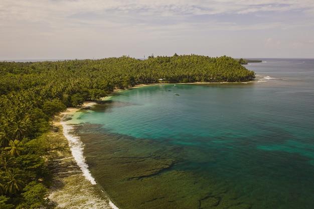 Betoverend uitzicht op de kustlijn met wit zand en turkoois helder water in indonesië Gratis Foto