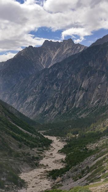 Betoverend uitzicht op een ganga-rivier in de vallei van het gangotri national park Gratis Foto