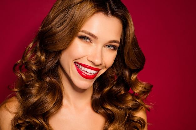 Betoverende vrouw poseren tegen de rode muur Premium Foto