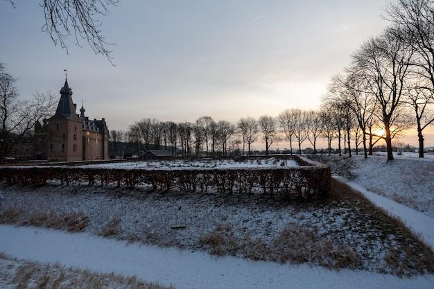 Betoverende zonsopgang boven het historische kasteel doorwerth tijdens de winter in holland Gratis Foto
