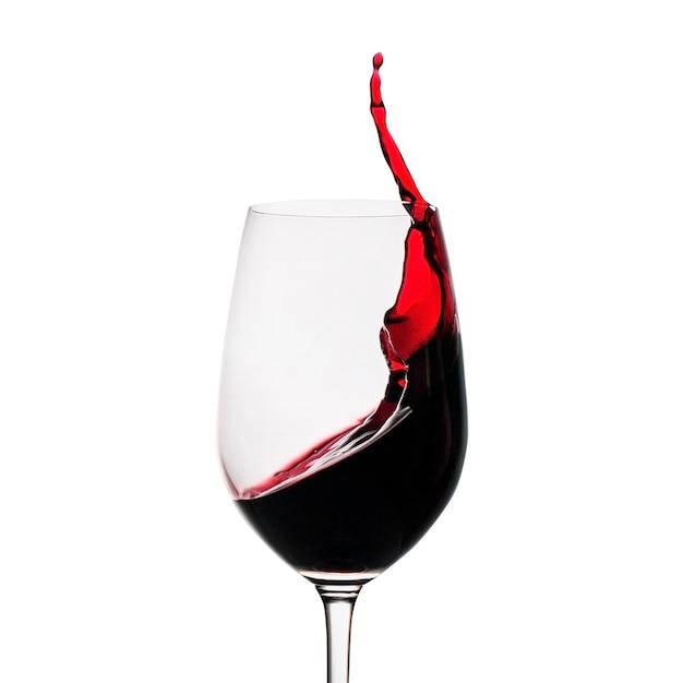 Bevriezen beweging van rode wijn spatten in een glas Premium Foto
