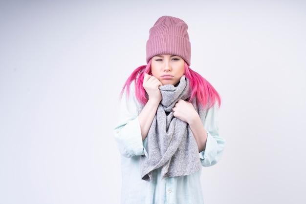 Bevriezend meisje met sjaal en rozenhoed Gratis Foto