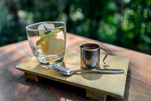 Bevroren citroen kubus met koffie op houten tafel Premium Foto
