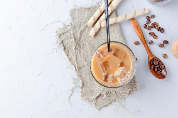 Bevroren koffie in glas met ijs Premium Foto