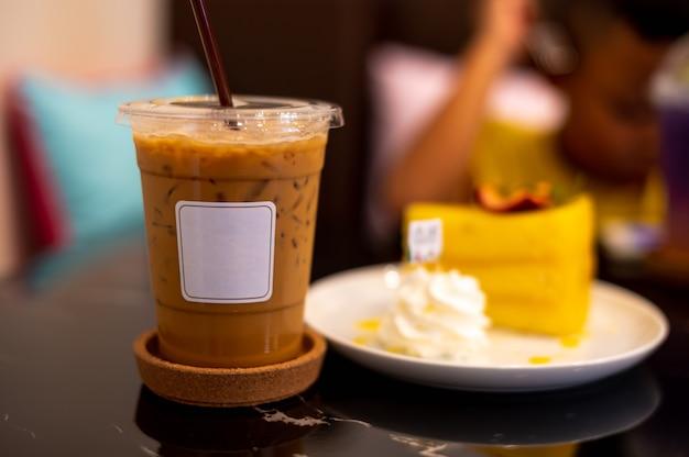 Bevroren koffie met wit etiket op donkere achtergrond Premium Foto