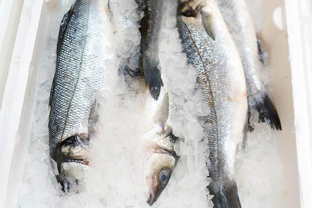 Bevroren vis in ijs op het aanrecht in de winkel. Premium Foto