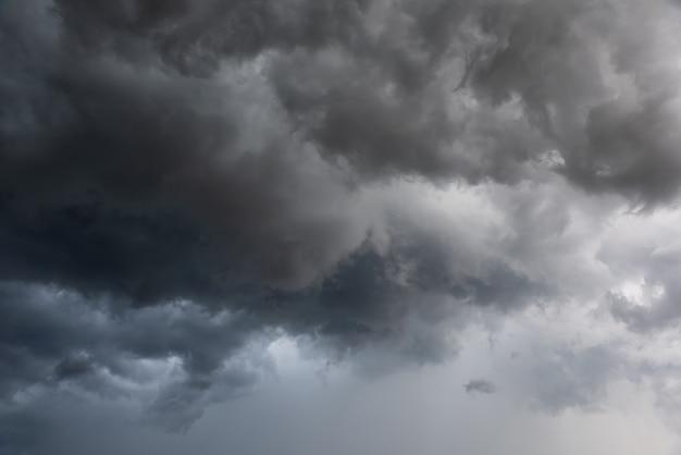 Beweging van donkere lucht en zwarte wolken, dramatische cumulonimbus wolk met regenachtig Premium Foto