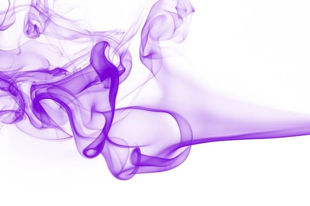 Beweging van purpere rooksamenvatting op witte achtergrond Premium Foto