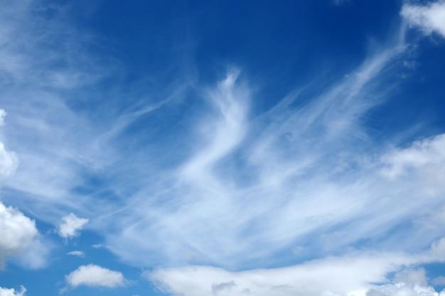 Bewegings blauwe hemel met wolken natuurlijke achtergrond Premium Foto