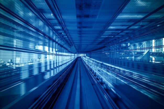 Bewegingsonscherpte van automatische trein die binnen tunnel in tokyo, japan beweegt. Gratis Foto