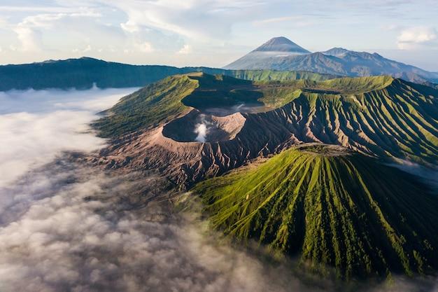 Bewolkt bergenlandschap Gratis Foto