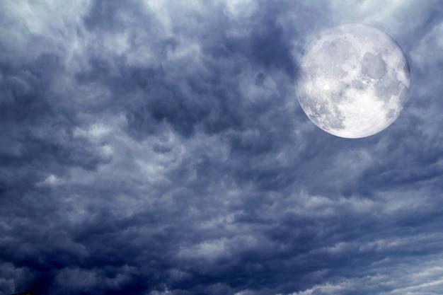 Bewolkte dramatische hemel vóór tropische stom Premium Foto