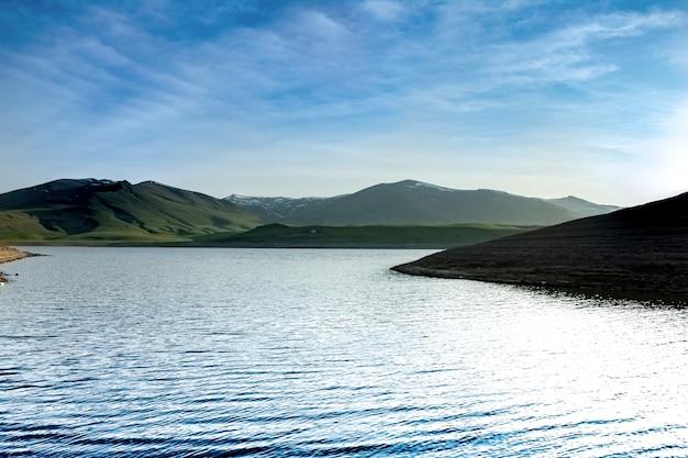 Bewolkte hemel en prachtig uitzicht op spandaryan resrvoir, armenië Premium Foto