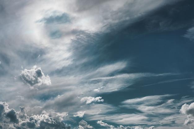 Bewolkte hemelachtergrond Gratis Foto