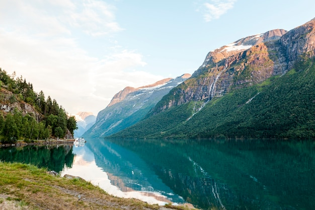 Bezinning van berglandschap op blauw idyllisch meer Gratis Foto