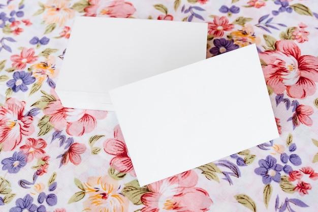 Bezoek visitekaartje met mooie bloemenachtergrond voor mock up Gratis Foto