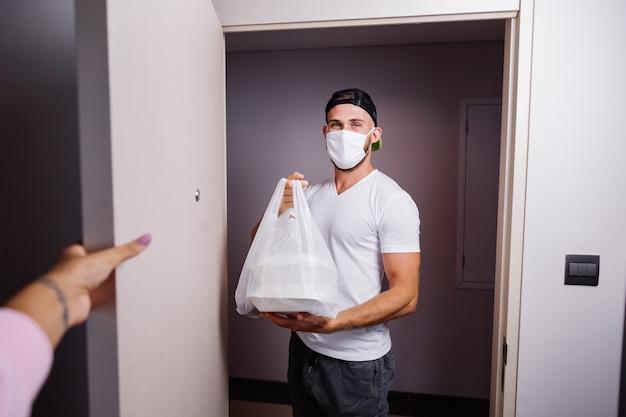 Bezorg man met plastic zak met eten Gratis Foto