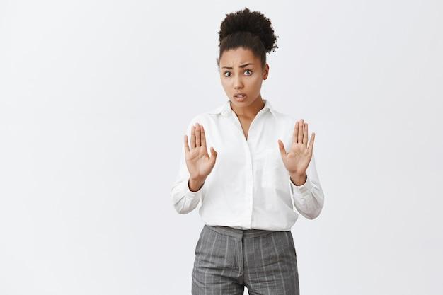 Bezorgde afro-amerikaanse vrouw die zegt te stoppen, handen opsteken als vreedzaam oplossend argument Gratis Foto