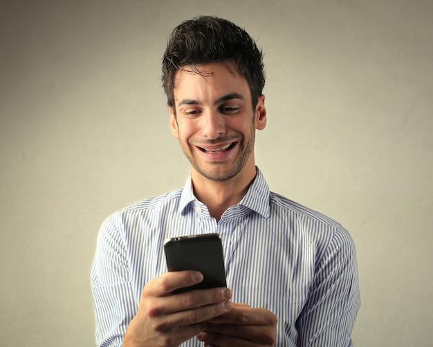 Bezorgde man zijn telefoon controleren Premium Foto