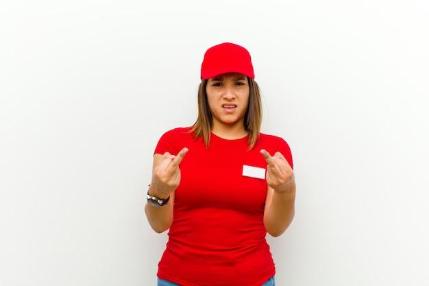 Bezorgde vrouw voelt zich provocerend, agressief en obsceen, zwaait de middelvinger weg met een rebelse houding Premium Foto
