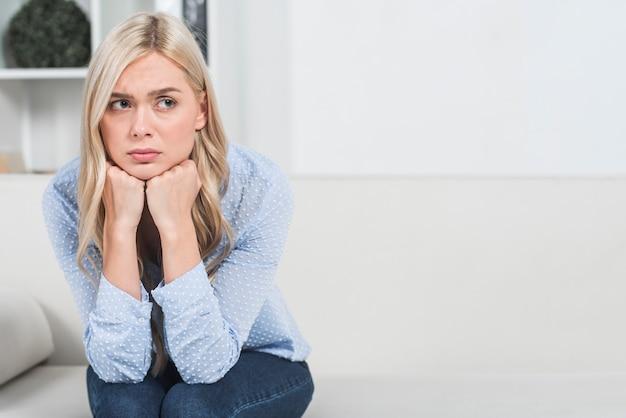 Bezorgde vrouw Premium Foto