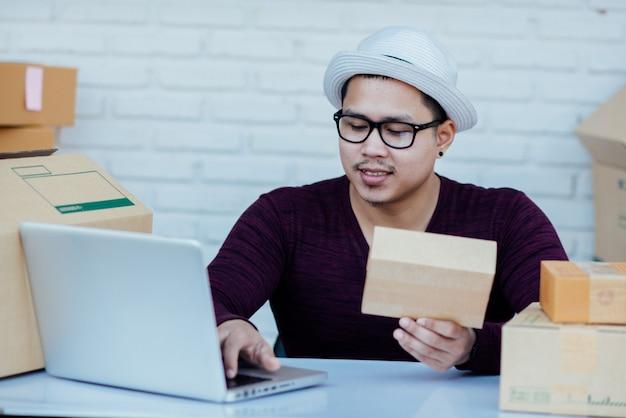 Bezorgservice werkt met papieren tussen pakketten aan tafel Gratis Foto