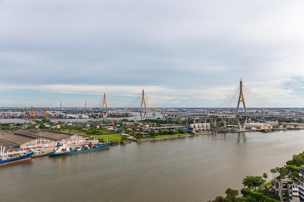 Bhumibol bridge is een van de mooiste bruggen in thailand en zicht op het gebied voor bangkok. Premium Foto