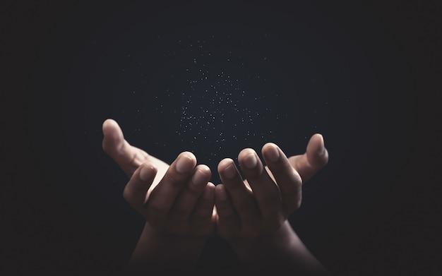 Biddende handen met geloof in religie en geloof in god. kracht van hoop en toewijding. Premium Foto
