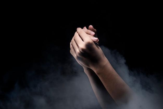 Biddende handen Premium Foto