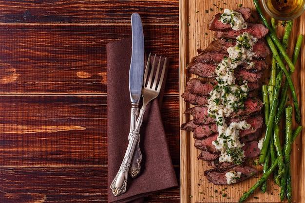 Biefstuk met blauwe kaassaus geserveerd met asperges op donker. Premium Foto
