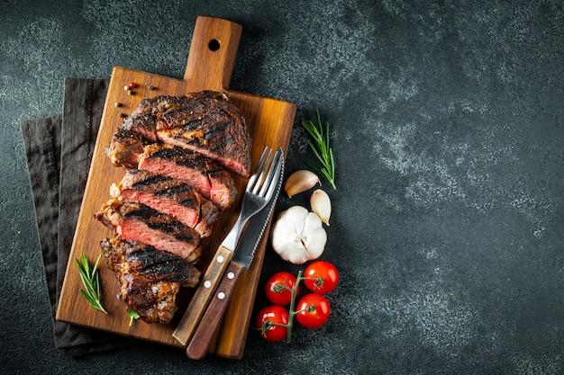 Biefstuk ribeye, gegrild met peper en knoflook. Premium Foto