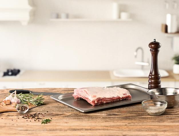Biefstuk van het mensen het kokende vlees op keuken Gratis Foto