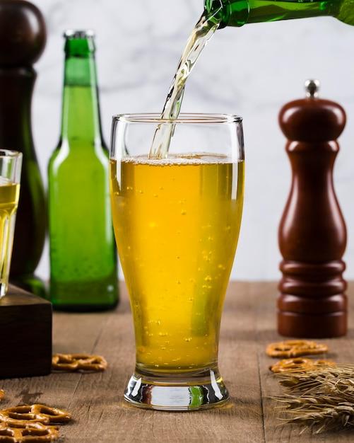 Bier in glas gieten Gratis Foto