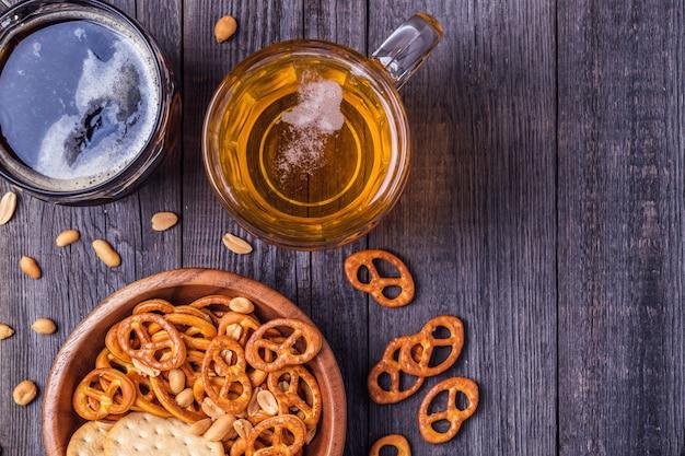 Bier met pretzels en crackers in een kom Premium Foto
