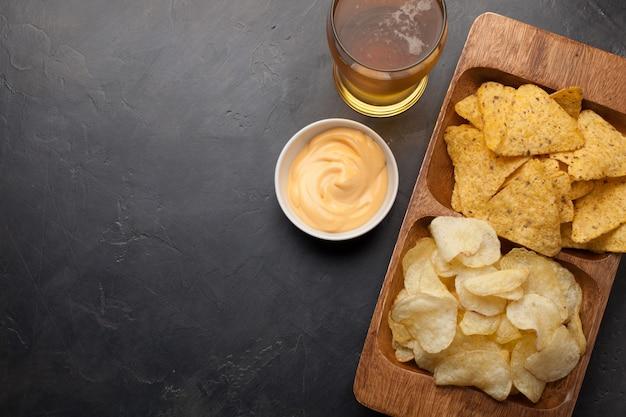 Bier met snacks zijn chips en nacho's. Premium Foto