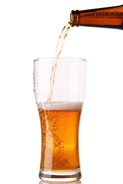 Bier schenkt in een glas Premium Foto