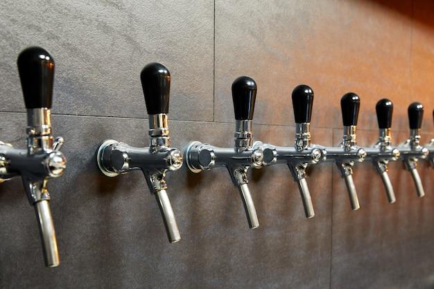 Bierapparatuur voor bierbotteling in rij Premium Foto