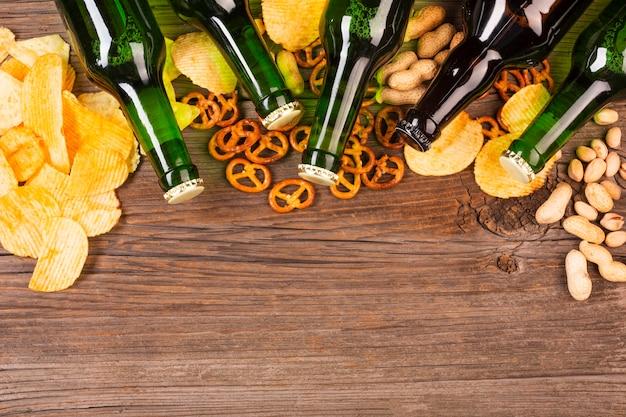 Bierflessen frame met pretzels Gratis Foto