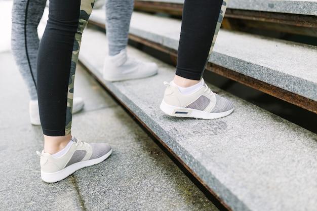Bies de benen tijdens het trainen op trappen Gratis Foto