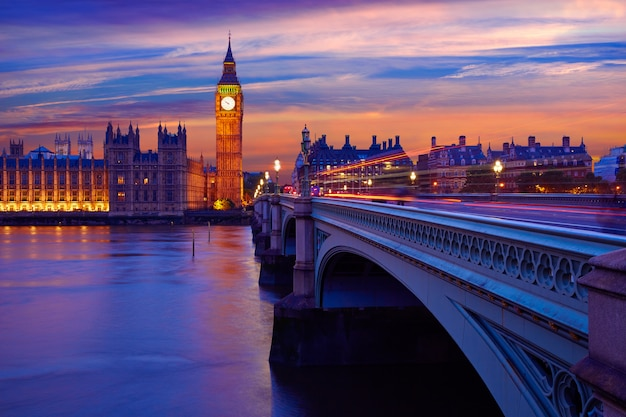 Big ben clock tower london at thames river Premium Foto