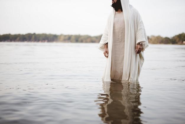 Bijbels tafereel - van jezus christus die in het water staat Gratis Foto