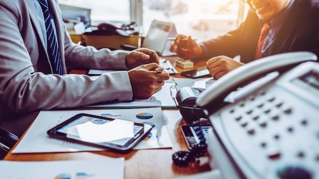 Bijeenkomst van zaken in modern kantoor. Premium Foto