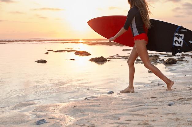 Bijgesneden afbeelding van actieve vrouw gekleed in zwembroek Gratis Foto