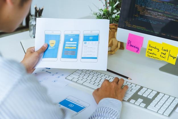 Bijgesneden opname van front-end ux ui front-end ontwerpers die programmeer- en coderingsgevoelige webinhoud of mobiele applicatie ontwikkelen vanuit prototype en draadframe-lay-out. Premium Foto