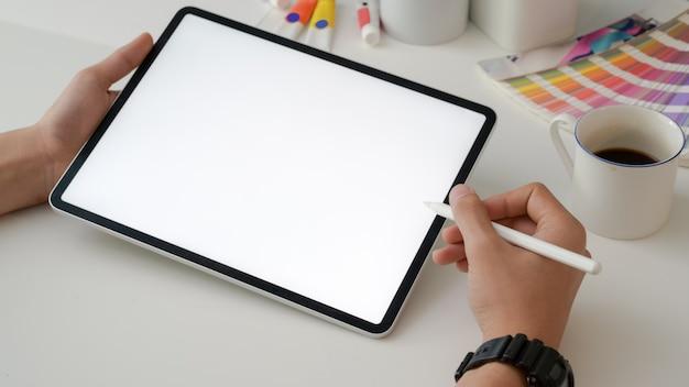 Bijgesneden opname van ontwerper bezig met digitale tablet met stylus pen en designer benodigdheden Premium Foto