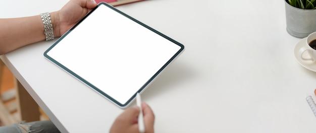 Bijgesneden schot van mannelijke ondernemer bezig met digitale tablet met stylus pen Premium Foto