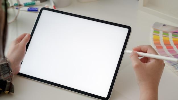 Bijgesneden schot van vrouwelijke ontwerper werken op tablet met stylus pen Premium Foto