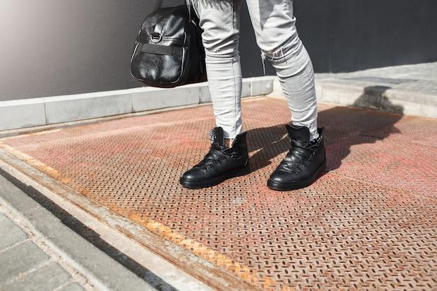 Bijgesneden weergave van man voeten in lederen laarzen mode Gratis Foto