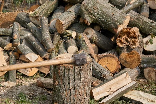 Bijl in hakblok en brandhout Premium Foto